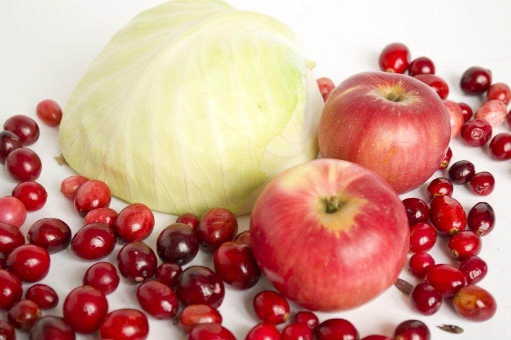 Продукты для очищения организма - клюква, капуста, яблоки