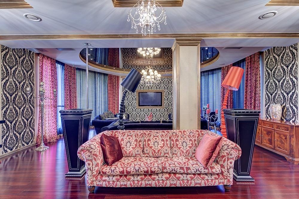 Мягкая мебель с разноцветной обивкой