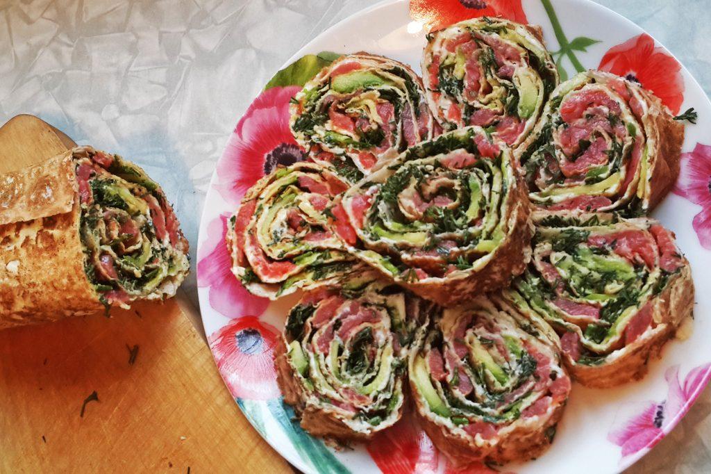 Сырный рулет с салями, помидорами и базиликом
