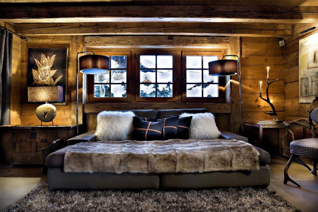диван в стиле шале в интерьере