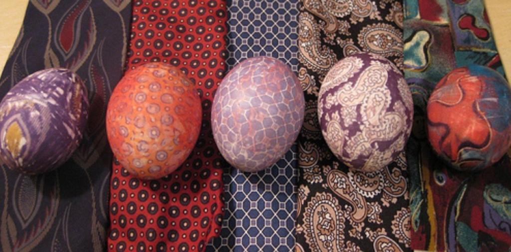 Красим яйца с помощью шелка