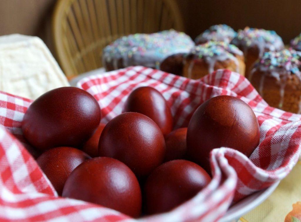 Как покрасить яйца луковой шелухой